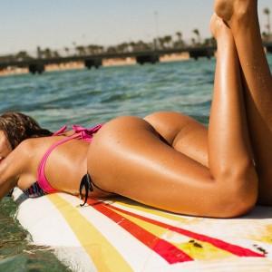 фото Виктории Одинцовой в купальнике на пляже