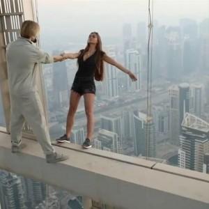 Виктория Одинцова на крыше небоскреба с руфером Cricket