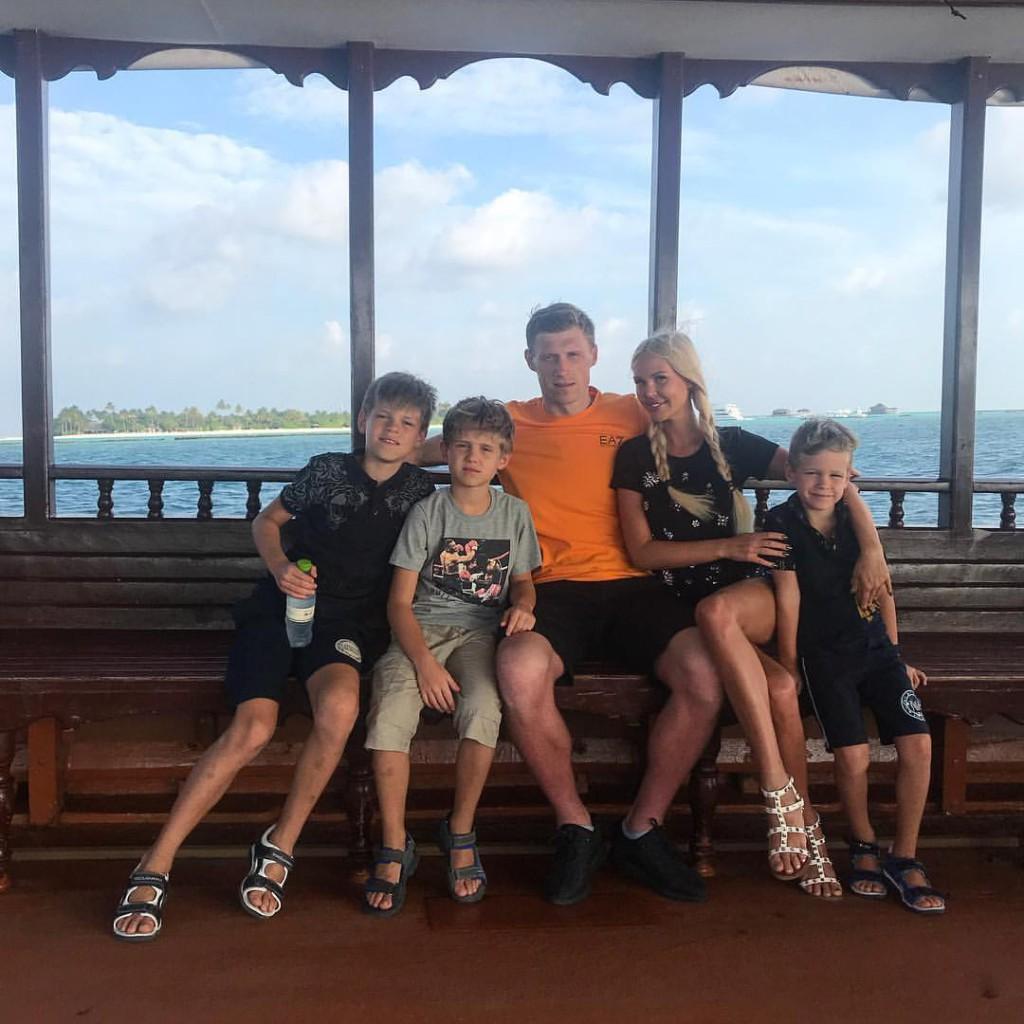 Мария Погребняк с мужем и детьми